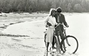 Annan (Marie De Geer) ja Kjellin (Peter Schildt) suhde rikkoo luokkarajat.