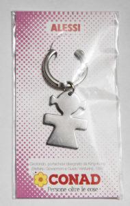 Alessin suunnitelema metallinen avaimenperä, jossa on tyttöhahmo.