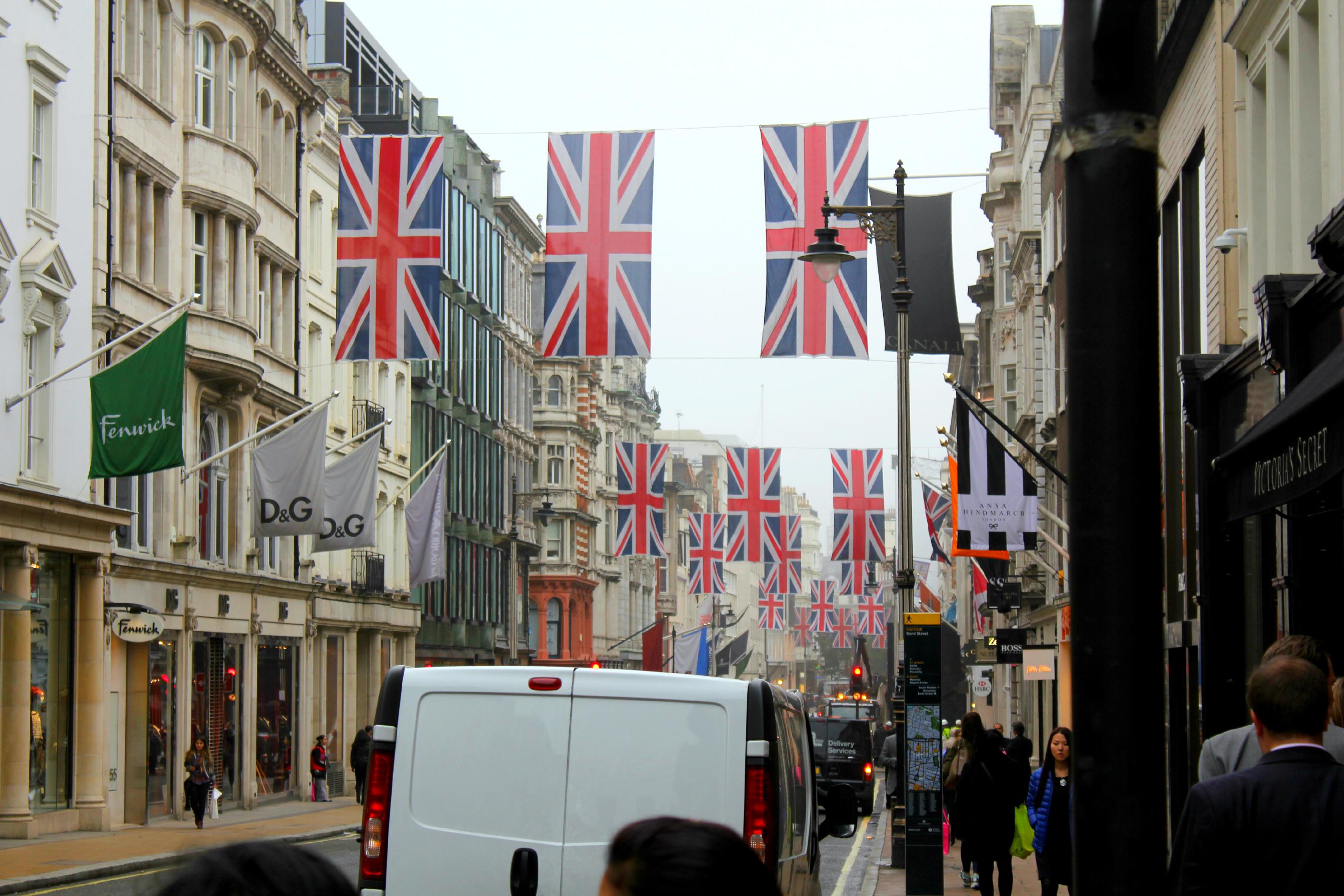 Lontoon kaduilla liehuvat Iso-Britannian liput.