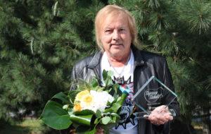 Danny Iskelmä-Finlandia -palkinto kädessään Tapsan tahdeilla 2.8.2018.