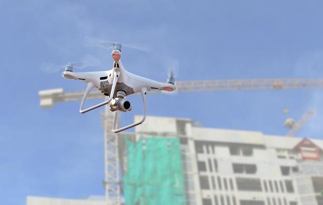 Drone lentää rakennustyömaalla.