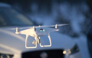 Drone lentää talon pihalla.