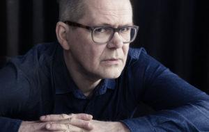 Kirjailija Kari Hotakainen kirjoitti teoksen Tuntematon Kimi Räikkönen.