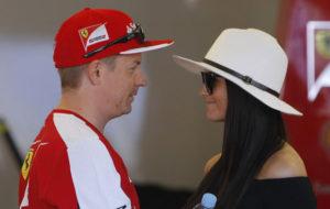 Toukokuussa 2015 Ferrarin varikolla Monacossa keskustelevat Kimi Räikkönen ja Minttu Virtanen.