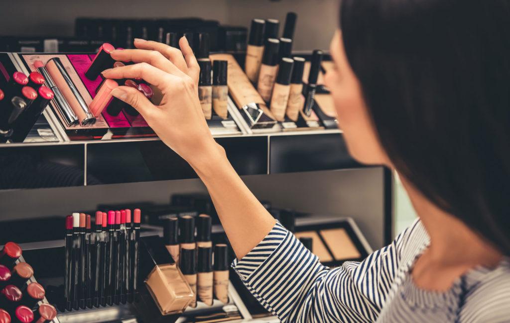nainen meikkiostoksilla