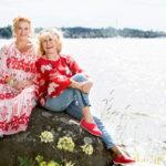 """Kirjailija Annina Holmverg haluaa ylläpitää hänen ja näyttelijä Eeva Litmasen  ystävyyttä tulevaisuudessakin. """"Perinnöstä pitää kantaa vastuu"""", hän hymyilee."""