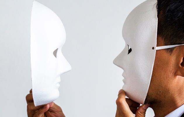 Mies maski naamalla