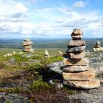 Kiilopään huipulla kannattaa viipyillä ja katsella avaria maisemia joka ilmansuuntaan. Kivitornit ovat kävijöiden kokoamia muistomerkkejä.