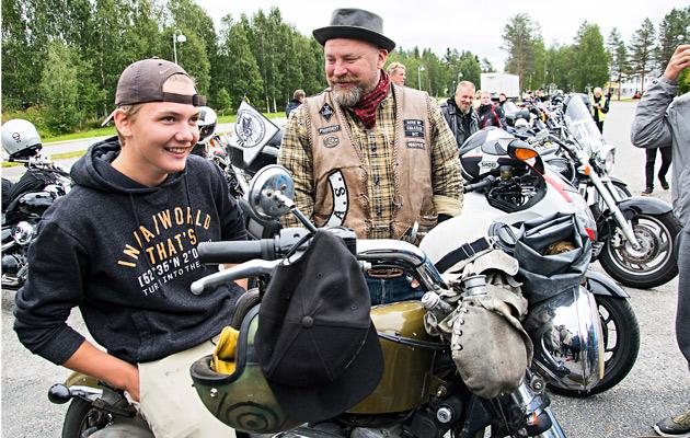 Ari Santaharju esitteli Ranualla Harley- Davidsoniaan Eero Säkkiselle.