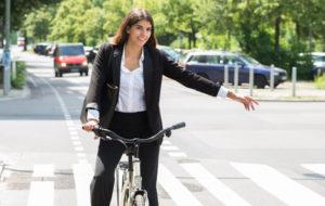 Pyöräilijä näyttää suuntamerkkiä kädellään