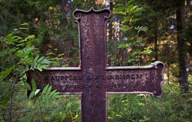 Kauppias Antoniuksen ja kauppias Lindholmin ristit ovat pusikon keskellä vielä pystyssä.