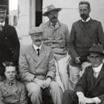 Arthur Conan Doyle (takana keskellä) ja  Bertram Fletcher Robinson (istumassa keskellä) tekivät vuonna 1900 laivamatkan Etelä-Afrikkaan. Samana vuonna Conan Doyle vieraili Robinsonin luona ja sai idean Baskervillen koira -romaaniinsa.