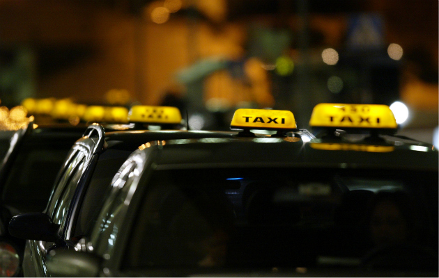 Takseja jonossa kadunvarressa.