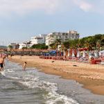 Durresin Rivieran ranta on matala ja siten turvallinen myös lapsiperheille. Vesi on puhdasta. Ruuhkaista on harvoin.