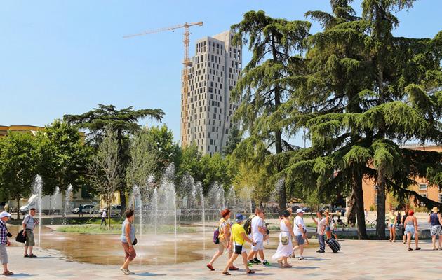 Tiranan keskustaan on rakenteilla useita tornirakennuksia