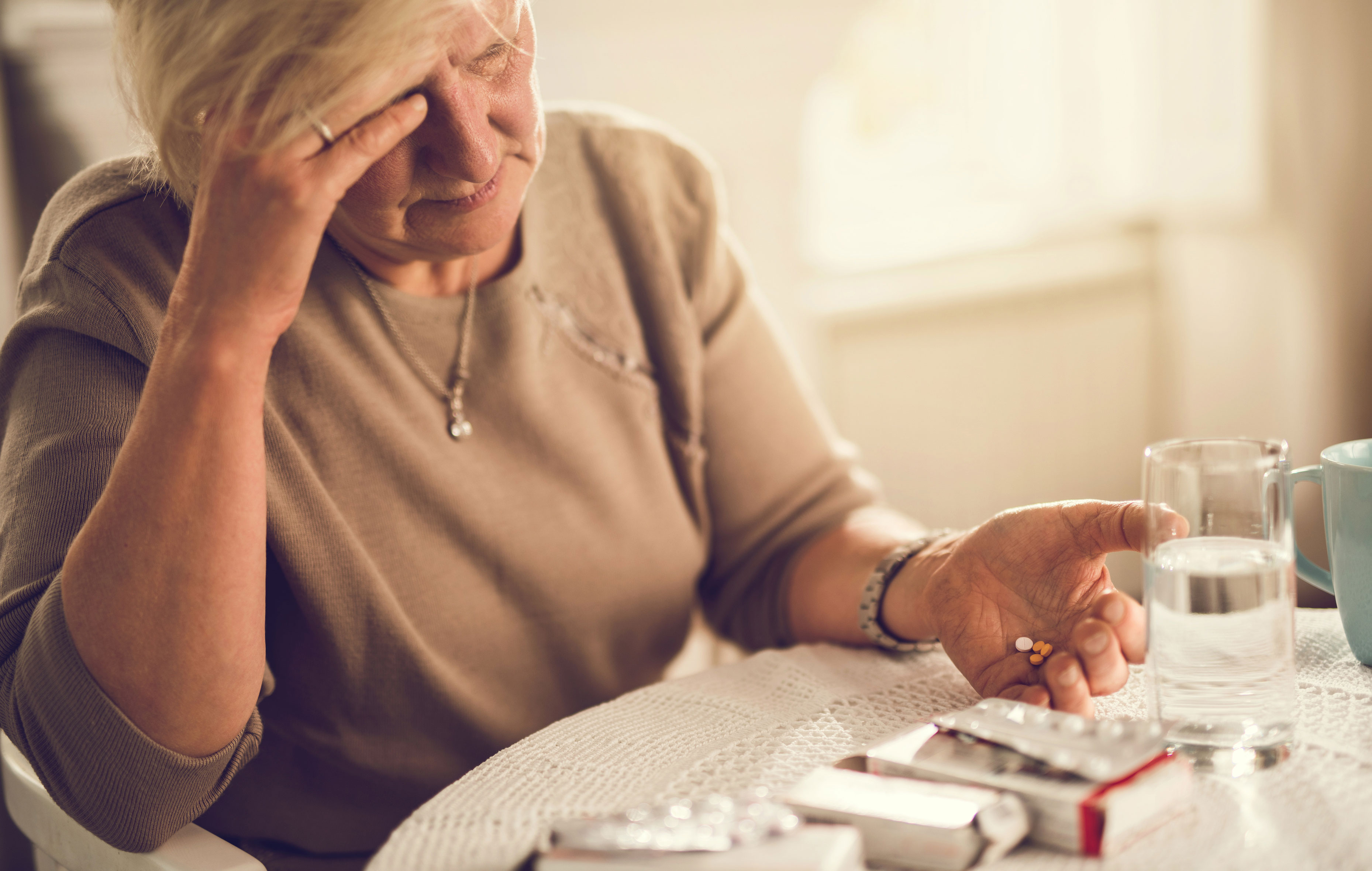 vanhus lääkkeet kädessä