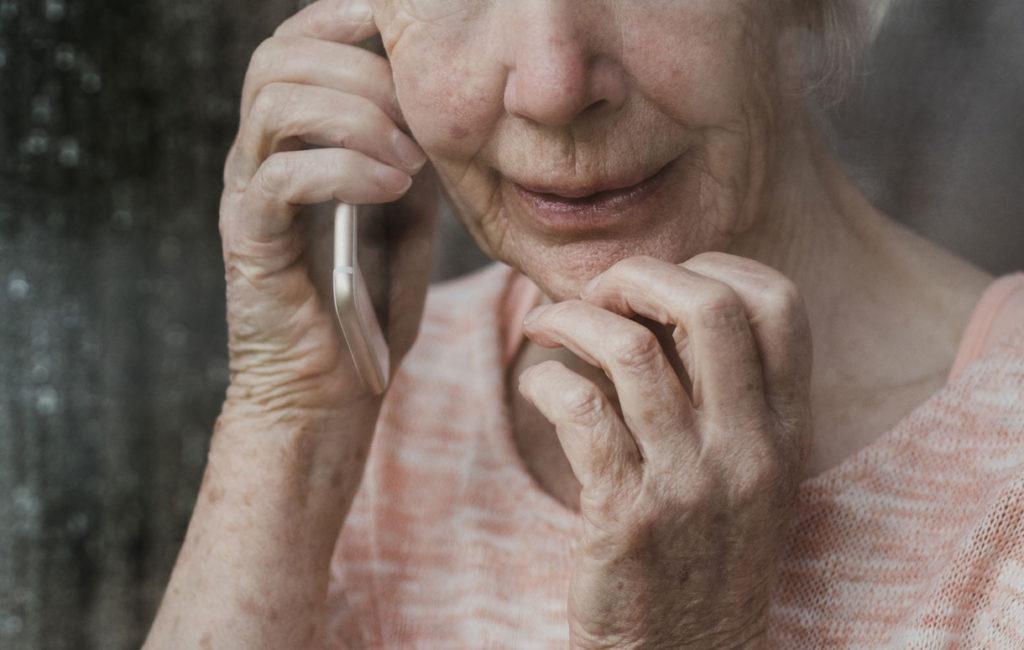 vanha nainen puhelimessa, kuvituskuva