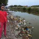 """Dew Deepan, 13, kotitalon ja Kodungaiyurin kaatopaikan välillä ei ole kuin kapea kanaali. Sadekaudella vedessä lilluvat jätteet sairastuttavat koko naapuruston. """"Se tekee minut surulliseksi. Isona haluaisin lääkäriksi."""""""