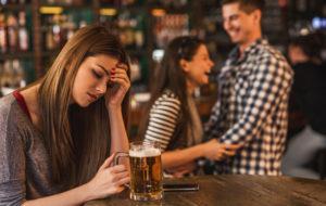 mustasukkainen nainen baarissa