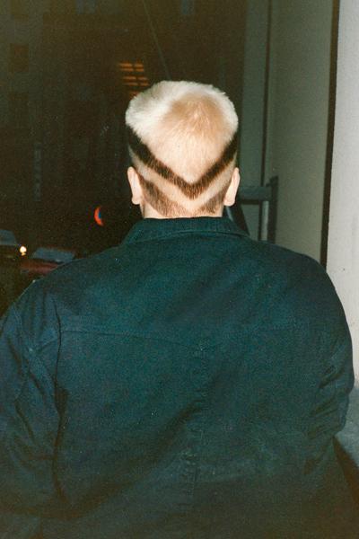Nuoren mainosmiehen hiusmuotia