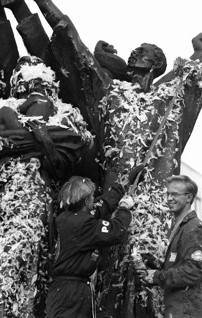 Maailmanrauha-patsas Hakaniemenrannassa peitettiin tervalla ja höyhenillä 10. lokakuuta 1991. Asialla olivat kolme opiskelijaa haalareissaan. Kuvassa vaemmalla oikeustieteiden yo Mikael Jungner ja oikealla valtiotieteiden yo Jari Kajas.