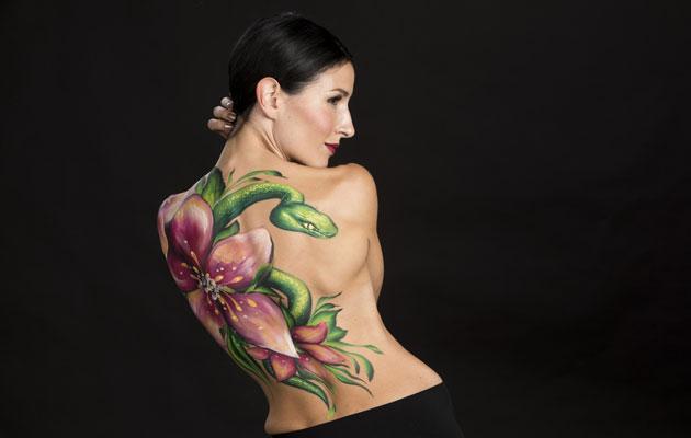 Maria Lundin selkään maalattiin hänen toiveestaan käärme. Se muistuttaa laulajaa isästään.