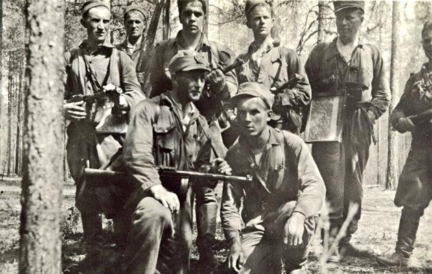 Päämajan kaukopartio numero 13 heinäkuussa 1941. Takarivissä hopeapartiossa mukana olleet Eugen Wist (kolmas oikealta) ja hänen vasemmalla puolellaan Toivo Paavilainen.