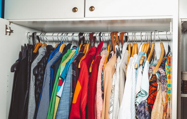 Suomalaistenkin vaatekaapeissa on yli puolet vaatteista turhia.