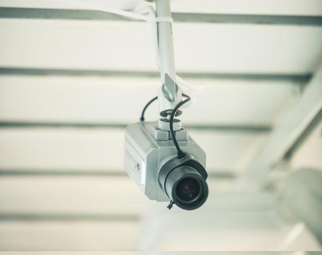 Poliisi voi valvoa koulujen valvontakameroista oululaiskoululaisia.