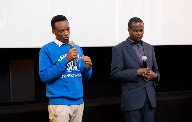 Salutary Amos ja Jasson Kahembe kertomassa Haraghushayn kouluprojektissa Sinituotteen mediatilaisuudessa.
