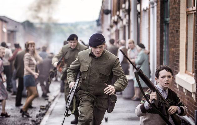 Brittisotilas Gary Hook (Jack O'Connell) yrittää selvitä Belfastin kaduilla.