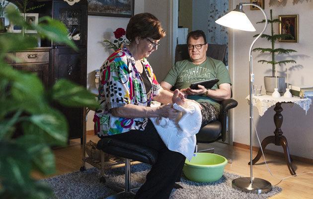 Vaimo tekee Hannu Luostariselle jalkahoidon kerran kuussa.