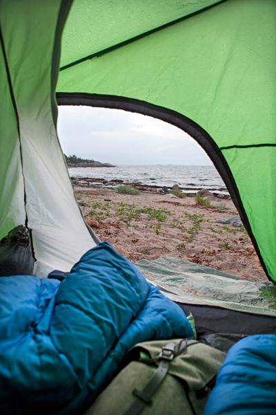 Saaren eteläpuoli on suosittua telttailualuetta.