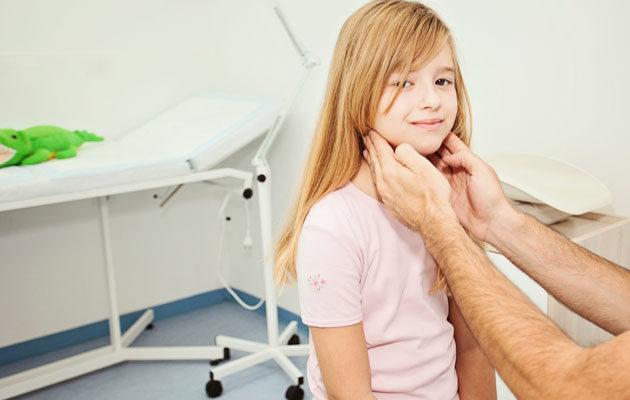 Lapsi on lääkärinvastaanotolla flunssan ja kovan yskän vuoksi.