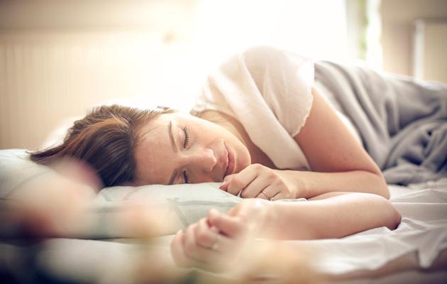 Nainen nukkuu