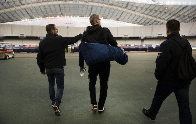 Päävalmentaja Markku Kanerva (kesk) saapui keskiviikkona Atenanolympiastadionille viimeistelyharjoituksiin Palloliiton tapahtumamanagerin Jukka Salasuon (vas) ja kilpailutoiminnan päällikön Ville Nylundin kanssa.