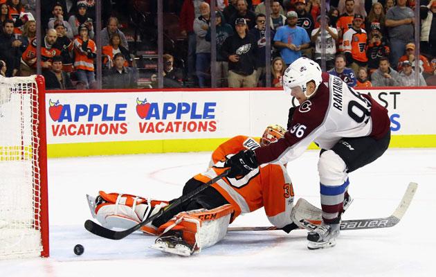 Colorado Avalanchen Mikko Rantanen viimeistelee maalinsa ohi Philadelphia Flyersin maalivahti Michael Neuvirthin.