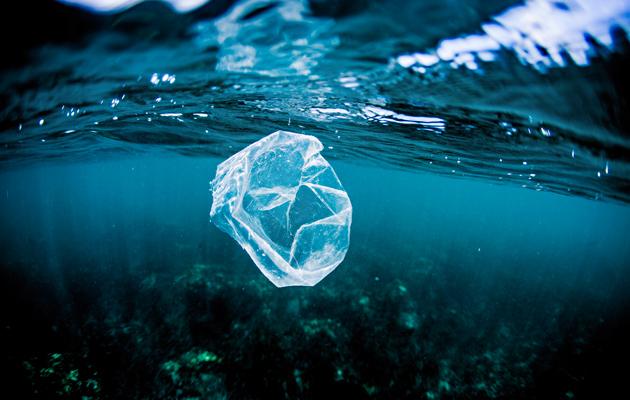 Muovijäte meressä