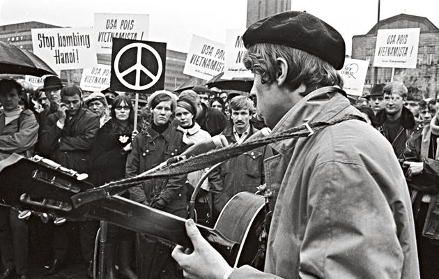 """USA:n """"imperialismia"""" edustanutta sotaa vastaan marssittiin Helsingin Rautatientorilla."""