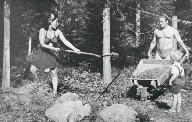 Pertti Mustonen, Henry Theel ja Svea-äiti