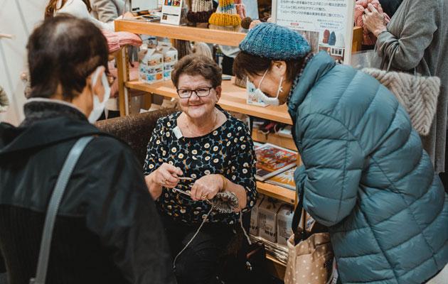 Japanilaiset mummot ihastelevat suomalaismummon kädentaitoja.