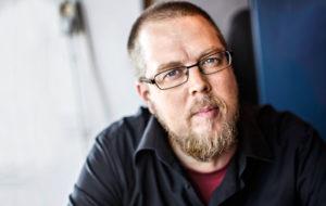 Kirjailija Tuomas Kyrö joutui muutama vuosi sitten seuraamaan läheisensä puutteellista hoitoa Esperi Caren hoivakodissa.