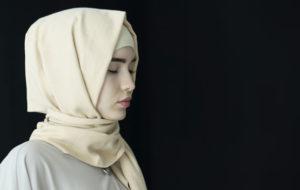 Muslimimaissa vallalla oleva holhousjärjestelmä määrää naisille miespuolisen holhoojan koko heidän iäkseen.