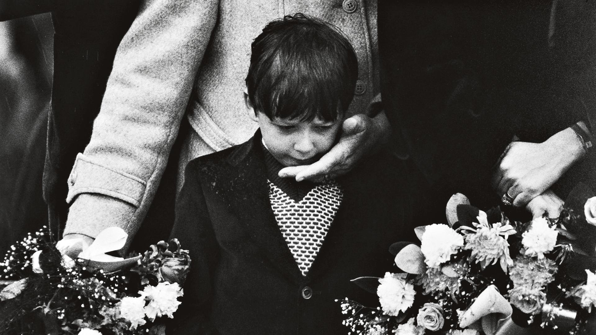 Bobby Sandsin poika isänsä arkun äärellä