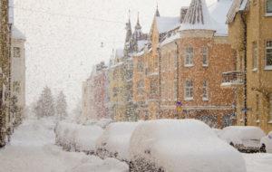 Lumikaaos kurittaa helsinkiä, urakoitsijat turhautuvat lumitöiden keskellä.