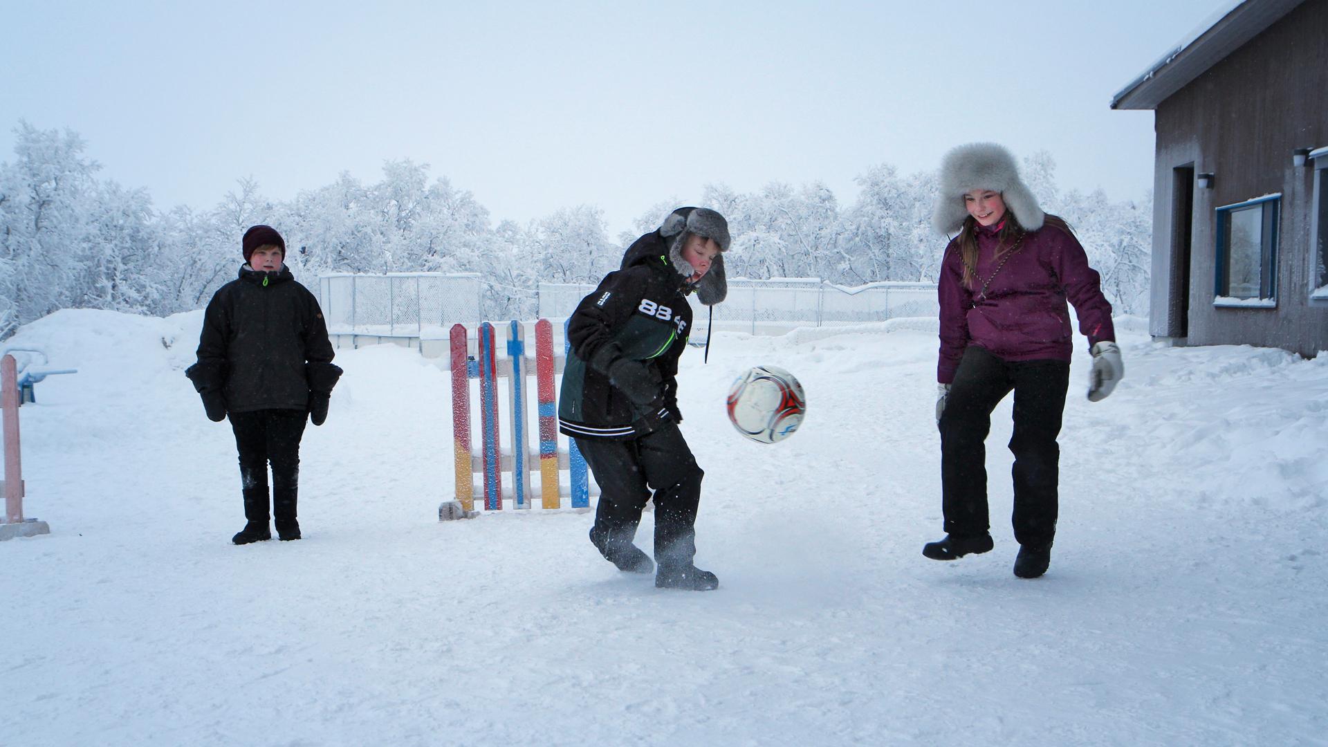 Jalkapalloa nurmen sijasta lumikentällä