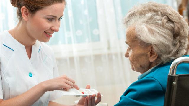 Lähihoitajalla on oikeus jakaa lääkkeitä, toisin kuin olisi hoiva-avustajalla. Näiden tehdävänä olisi siivota ja hoitaa pyykki.