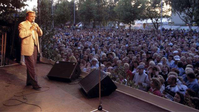 Laulaja Reijo Taipale Seinäjoen Tangomarkkinoilla heinäkuussa 1995.