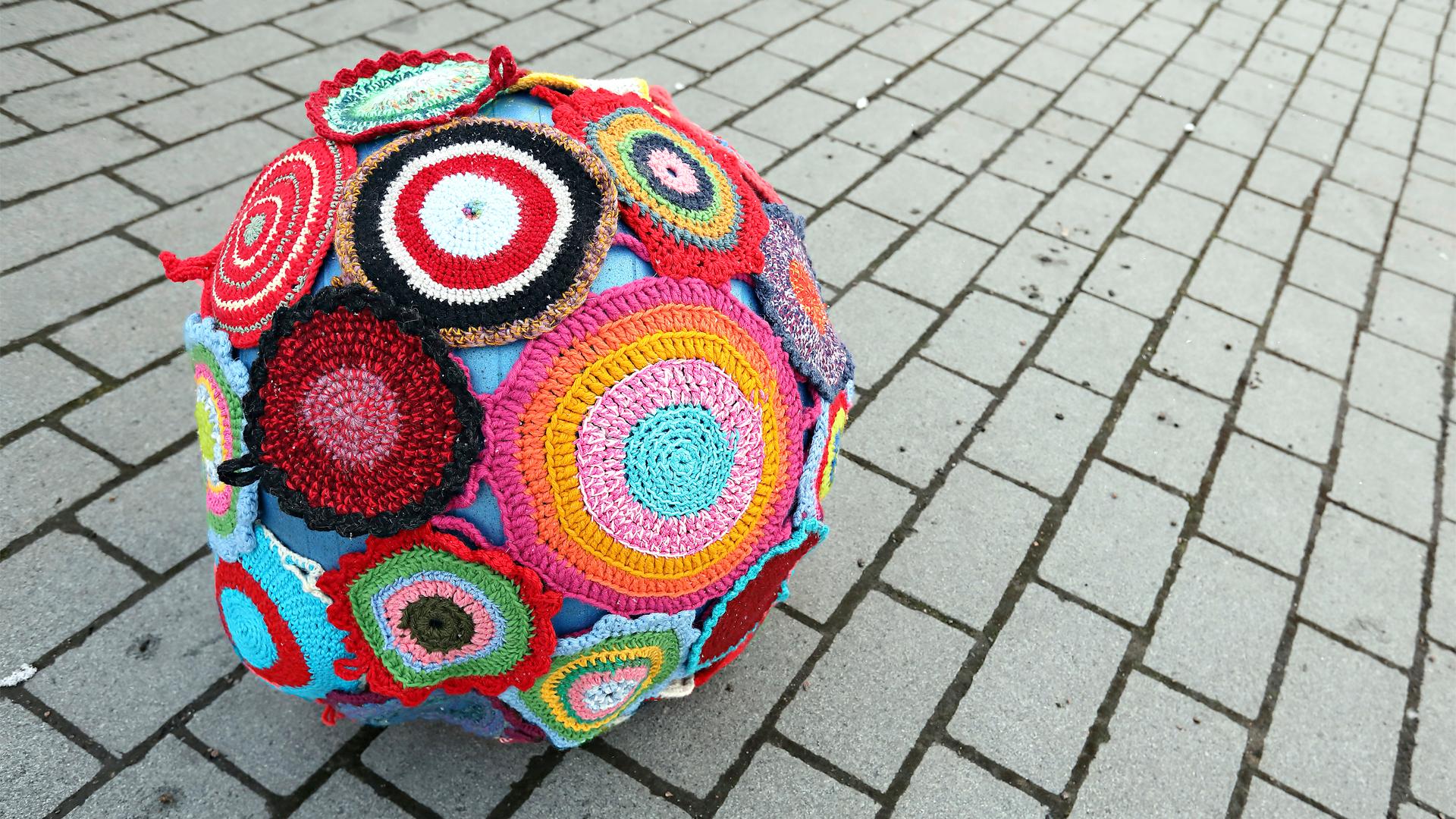 Patalapuilla päällystetty jumppapallo