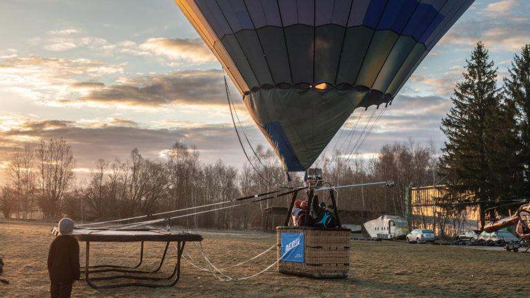 Kuumailmapallo valmiina nousuun trampoliini mukanaan.